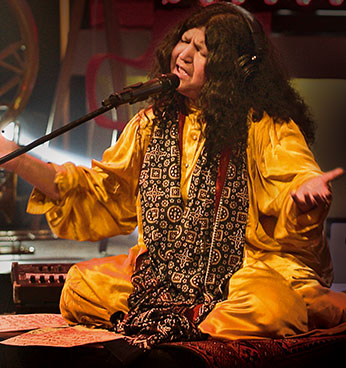 Abida Parveen Is One Of The Foremost Exponents Sufi Music Sufiana Kalaam Both In Pakistan And Abroad She Mainly Sings Ghazals Urdu Love Songs